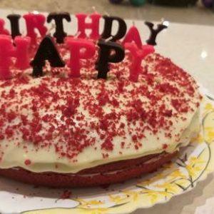 کیک رد ولوت پخته شده در ناخ